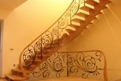 Laiptai su metalo elementais